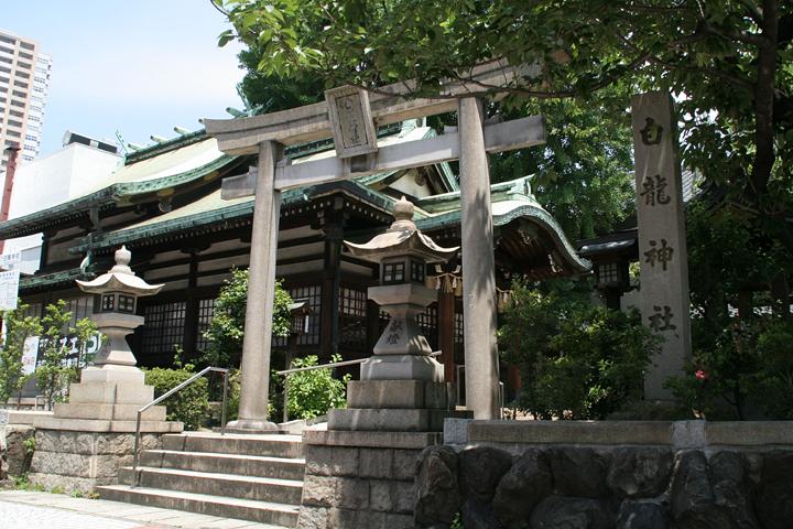白龍神社の鳥居と社殿