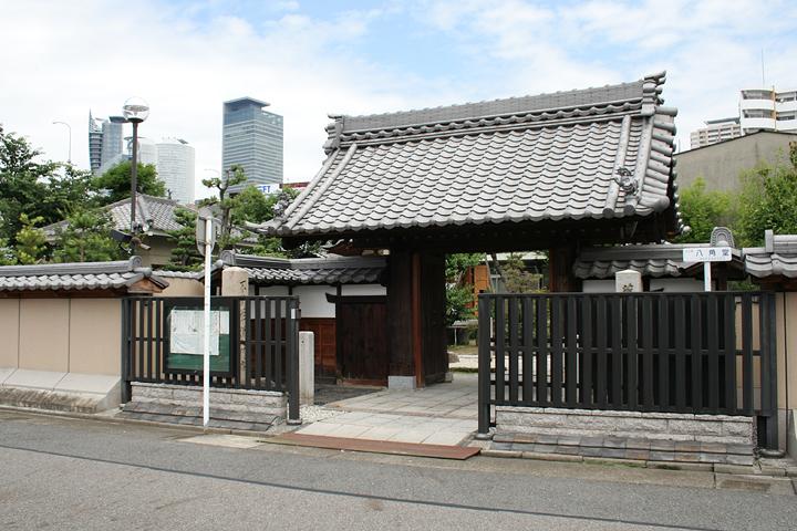 法蔵寺の背後には名古屋駅前の高層ビルが見える