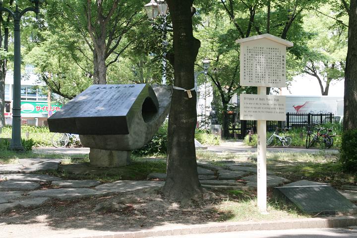 芭蕉の借家があったとされる場所には蕉風発祥の地の記念碑が建っている