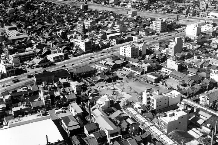 昭和39年頃、伏見通りを背に東向きに立つ大須観音仮本堂と仁王門。その後昭和45年に現在の南向きで再建された。(写真:名古屋都市センター蔵)
