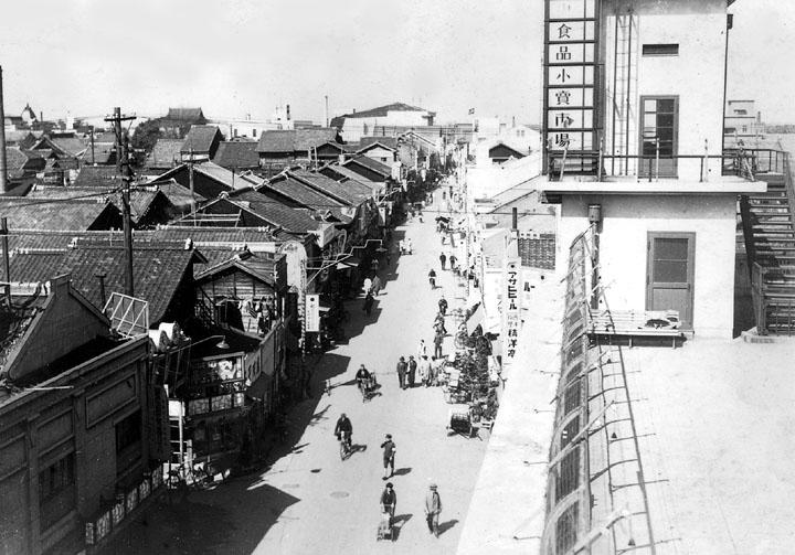 赤門通. 公設市場前より西を見る(昭和15年)名古屋都市センター蔵
