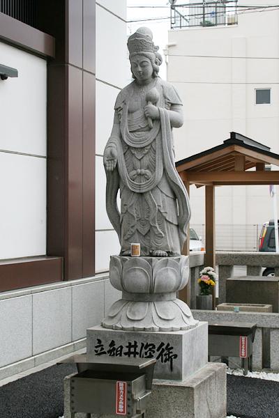 戦災で木彫りの御深井観音像は焼失し、石像として作り直された現在の御深井観音像