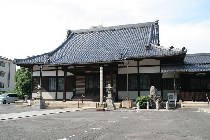 金剛山 長栄寺 本堂. 本堂右手前に蘿塚がある