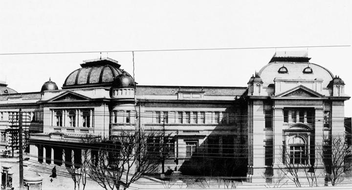 愛知県商品陳列館は明治末期に商工業の振興を目的として大須門前町に建てられたルネサンス様式の堂々たる建物。主に愛知県の工業製品が陳列されていた。昭和9年(1934)に取り壊された