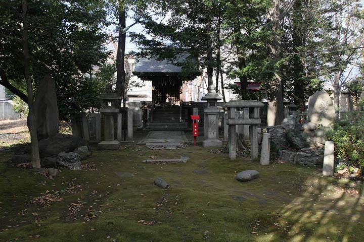 尾頭神社のすぐ脇に「鎧塚」がある(写真右側の石碑)