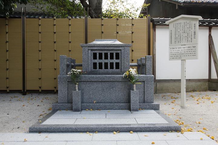 室町時代の六地蔵は写真右側の小祠に安置されている