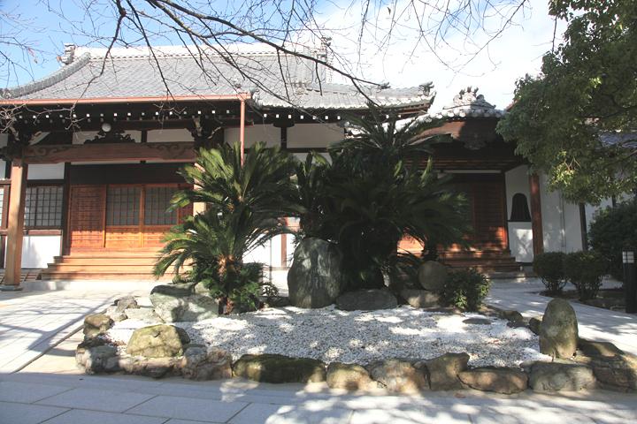 安栄寺境内. 中央右手の丸い石が金牛岡と彫られた石碑(愛知県名古屋市北区志賀町1丁目67)