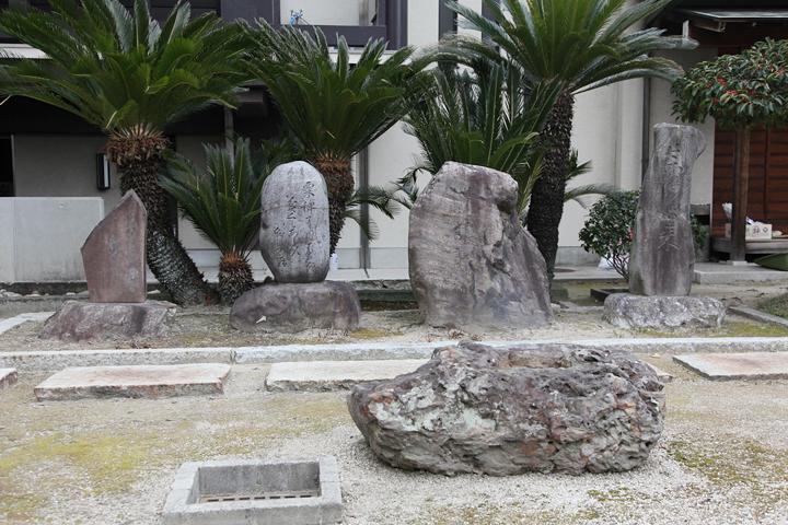 右から雨橘句碑、岡本柳南句碑、芭蕉句碑