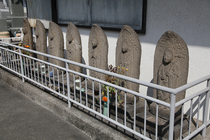 地蔵堂前に並ぶ7体の地蔵尊