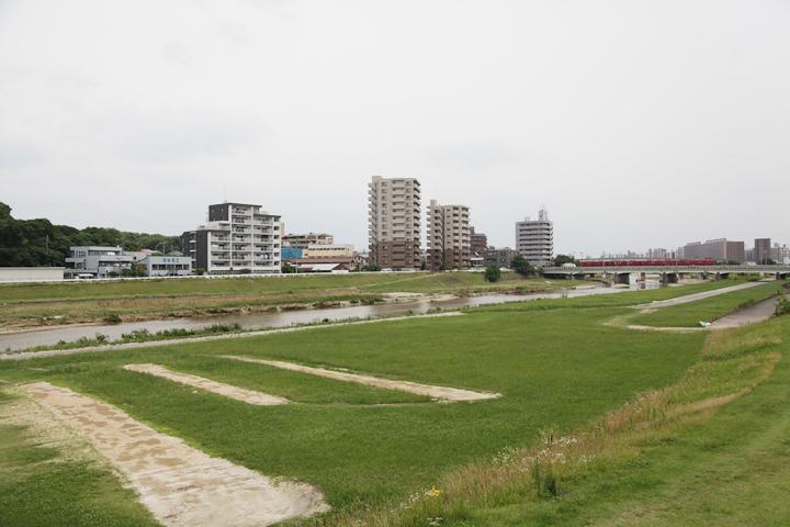 矢田川。写真の赤い電車は名鉄瀬戸線。その手前の橋は矢田川橋