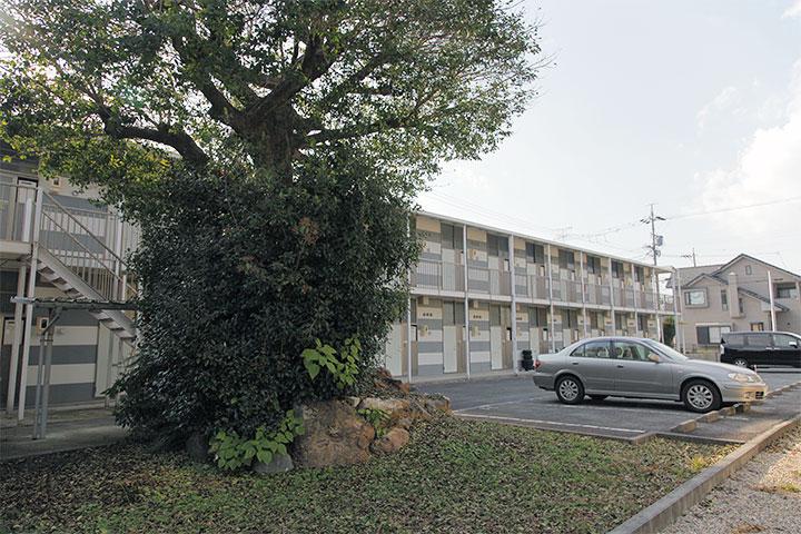 アパートの前に富士塚の一部が残されている