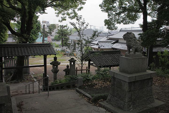 拝殿から名古屋駅前のビルが見える