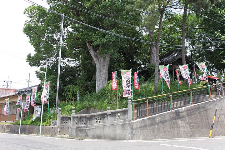 中切天神社。写真取材時には「中切天神社」ののぼりがたくさんはためいていた
