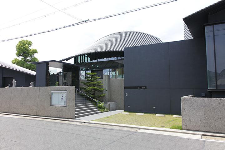 現代的な建築様式をみせる成願寺