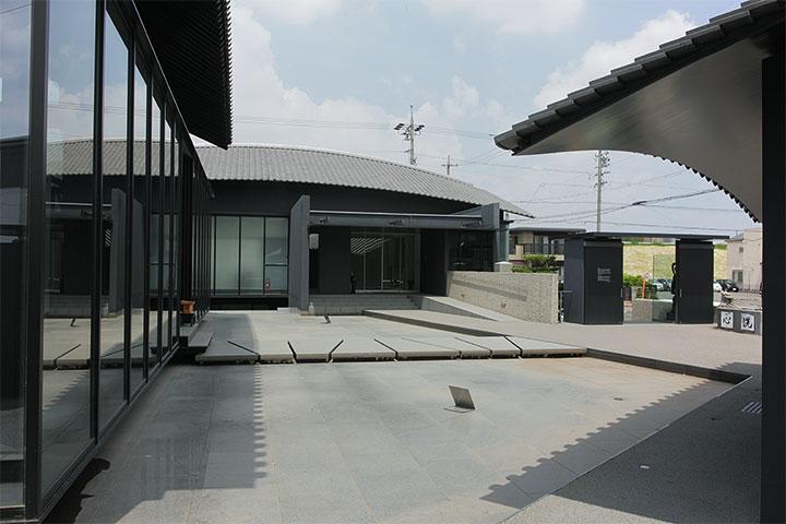 写真右手にある山門の向こうに矢田川の堤防が見える