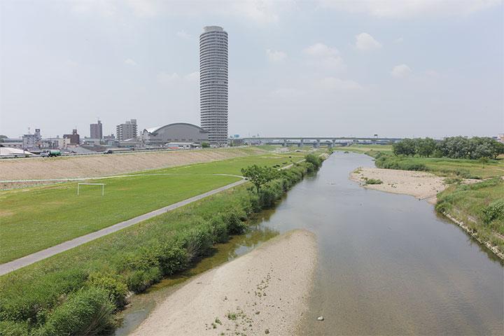 ふれあい橋から北西を望む。矢田川にかかる名古屋高速1号楠線がみえる