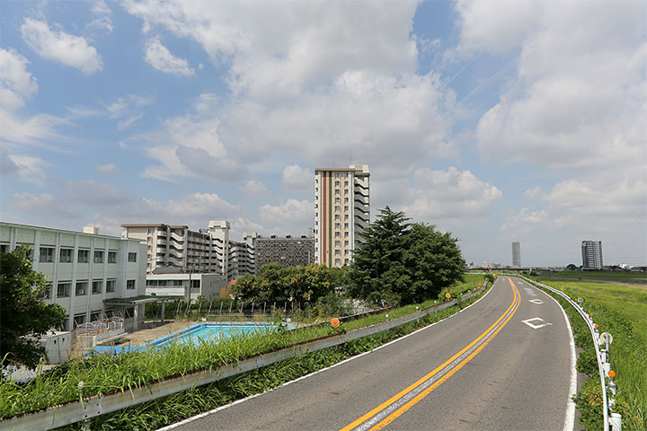 矢田川堤防と大曽根中学校のプール