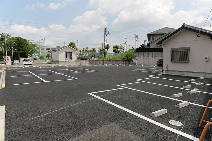 霊光院の駐車場にはかつて池があり、そのそばをトロッコが走っていた。写真奥が大曽根中学校