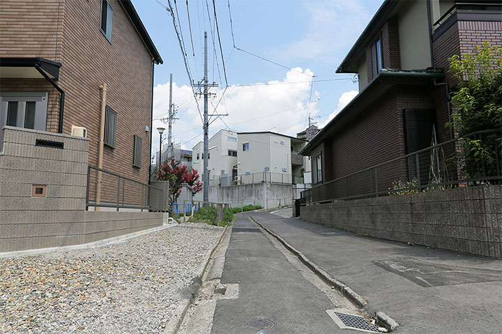 昔の細い道の痕跡。区画整理が進んでいる