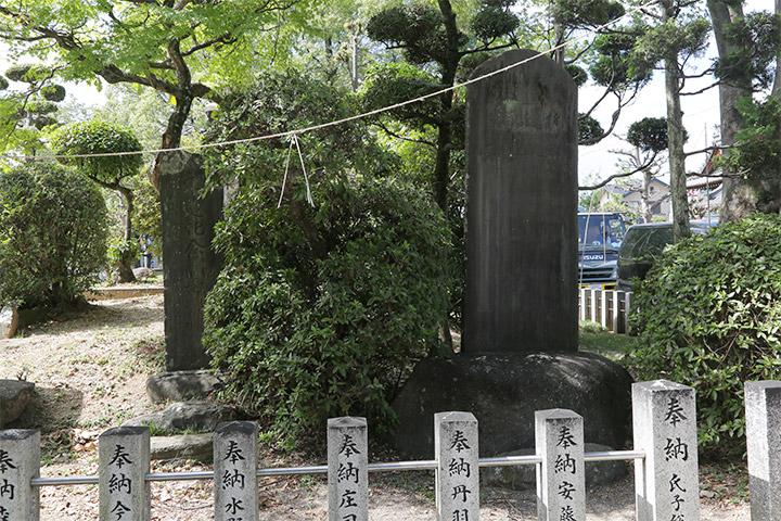 白山神社境内にある木遣師匠記念碑(左)と、昭和初期に建てられた成瀬與三郎翁碑(右)<