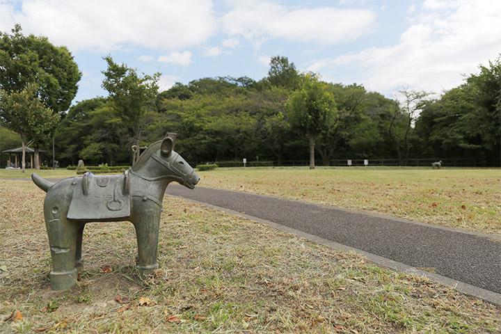 二子山公園内の馬形埴輪と二子山古墳