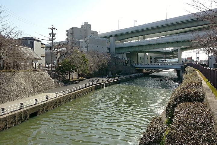 高速道路の下にあるのが北清水橋。川を挟んで左側の親水広場はかつての船着場の一つ。