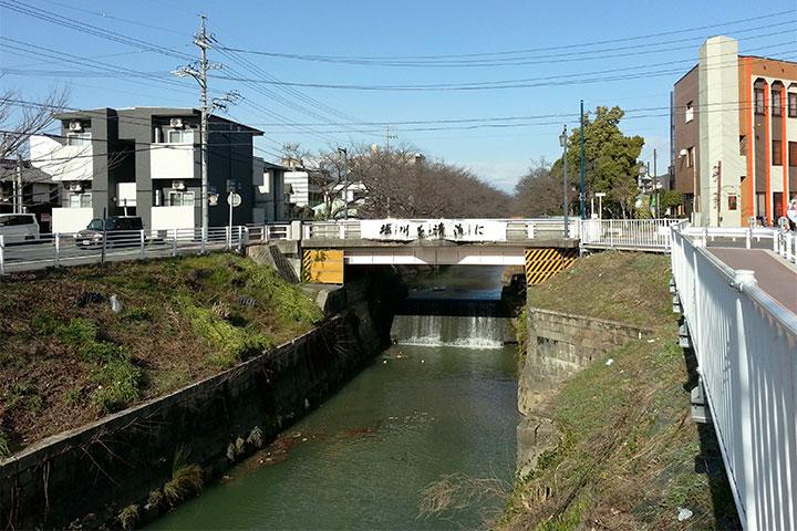 猿投橋のちょうど下に段差があり、滝のように水が流れ落ちている